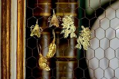 Pendiented mosca ➕ pendientes Hoja G ➕ pendiented lirio. Feliz Domingo!  Y felicidades a mi querida @mbeca que hoy es su cumpleaños    Www.casildafinatmc.com   #pendientesdorados #bañadosenoro #invitadaperfecta #casildafinatmc #casildafinatmcjoyas #jewels #jewellery #earings #pendientes