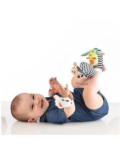 Sonajeros pies y muñecas Farm de Nikidom Nikidom Sonajeros pies y muñecas Farm Los sonajeros pies y muñecas de Nikidom estimulan al bebé a desarrollar el sentido del movimiento, por sus sonidos y colores de alto contraste, motivando también el seguimiento visual. Y proporcionando así divertidos momentos de entretenimiento. Este juguete incluye 2 sonajeros para las muñecas del bebé y 2 sonajeros calcetín para los pies. Anima al descubrimiento y divierte a lo