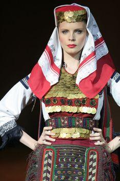 "On the occasion of the 60th anniversary of the National Ensemble ""Kolo"", was held the show ""Fashion trends Serbian Spring / Summer 1948/2008"" [http://www.svevesti.com/a55214-jelek-anterija-i-opanci; http://www.balkaniyum.tv/srpski/fotogalerija/galerija-63-Modni-trendovi-Srbije.shtml]"