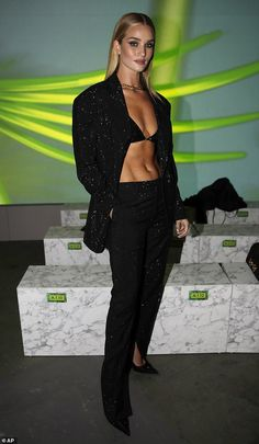 The runway queen, flaunted her washboard abs at the star-studded Versace show during Milan Fashion Week on Friday in Italy. Rosie joined fellow model Doutzen Kroes at the glitzy fashion bash. Star Fashion, Fashion Show, Milan Fashion, Versace, Best Workout For Women, Suits Season, Kylie Jenner Outfits, Rosie Huntington Whiteley, Victoria Dress