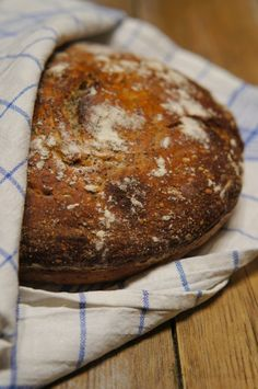 No knead bread in Dutch oven -the best and easiest #bread ever!