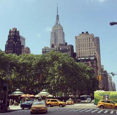 Hello new yorquers !!!  Mi adorable #BryantPark en mitad del corazón de #Manhattan, es un rinconcito de paz donde puedes leer, tomar algo y descansar plácidamente.  🌸🌹🌼🌞👣🗽🚕💜💯 caminandopornuevayork.com