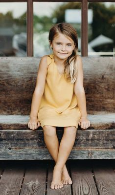 This pretty yellow dress is everything we love about summer! Dieses hübsche gelbe Kleid ist alles, was wir am Sommer lieben! Little Girl Photography, Children Photography Poses, Family Portrait Photography, Infant Photography, Photography Props, Nature Photography, Wedding Photography, Little Girl Poses, Little Girl Pictures
