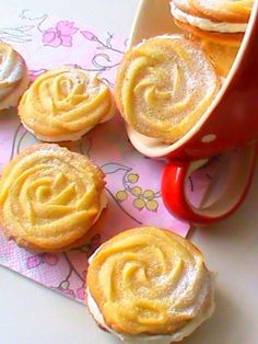 Rosettes with meringue butter cream - Biscuits, Fancy Desserts, Beignets, Easter Recipes, Recipe Collection, Sweet Recipes, Mousse, Peanut Butter, Pudding