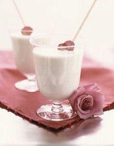 Lassi met rozensmaak    2,5 liter yoghurt  3 theelepels rozen essence  4 theelepels suiker  ijsblokjes