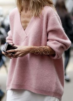 A perfect pink sweater for a perfectly cold winter day Fashion Weeks, Fashion Outfits, Womens Fashion, Moda Casual, Casual Chic, Autumn Winter Fashion, Spring Fashion, Street Chic, Minimalist Fashion