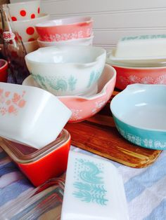 Vintage kitchen pyrex / I have the pink bowl set and the square red one plus others. Vintage Dinnerware, Vintage Bowls, Vintage Kitchenware, Vintage Dishes, Vintage Glassware, Vintage Love, Vintage Decor, Vintage Pyrex, Vintage Items