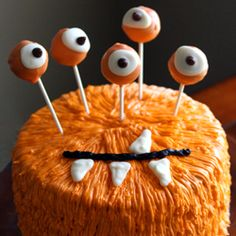halloween cakes Why choose between cake and cake pops when this adorable monster cake gives you the best of both worlds? Click through to see more spooky Halloween cake ideas. Spooky Halloween Cakes, Halloween Torte, Pasteles Halloween, Bolo Halloween, Halloween Desserts, Thanksgiving Desserts, Halloween Cupcakes, Costume Halloween, Spooky Treats