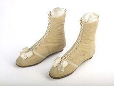 Nachdem ich in diesem Sommer bereits zwei Paar 'moderne' Schuhe alltagstauglich für die Zeit um 1815 umgewandelt habe,   wies mich die ung...