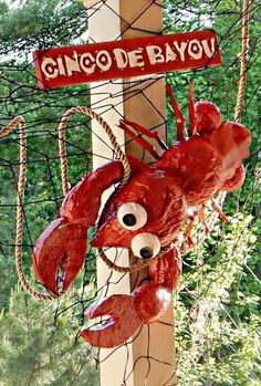 Balloons covered in mâché for body and eyes. Cereal box pieces cut and hot glued for legs and claws. Wire hanger cut for antennas. Crab Boil Party, Crawfish Party, Cajun Boil, Seafood Boil, Beach Memes, Lobster Boil, Low Country Boil, Mardi Gras, Party Time