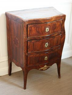 Petite COMMODE en bois de placage et marqueterie ouvrant par trois tiroirs en [...], Mobilier et Objets d'Art à Osenat | Auction.fr