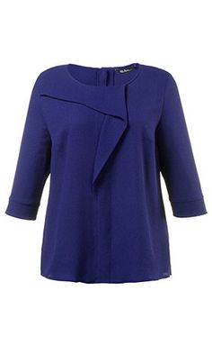 La blouse à fine structure avec un drapé raffiné sur le devant. Son  encolure est 3c0c3873fa5