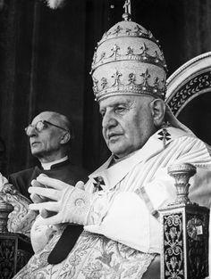 """Il 3 giugno 1963 si spegne Giovanni XXIII, il """"Papa buono"""". Era stato eletto nel 1958. Ma in soli 5 anni di pontificato riuscì a compiere una grande opera di rinnovamento della Chiesa, stabilendo un rapporto più amichevole con i fedeli e indicendo il Concilio Vaticano II che per la prima volta apriva la discussione sulla religione cattolica a prelati provenienti da tutto il mondo, anche dai luoghi ai margini della Chiesa di Roma    #TuscanyAgriturismoGiratola"""