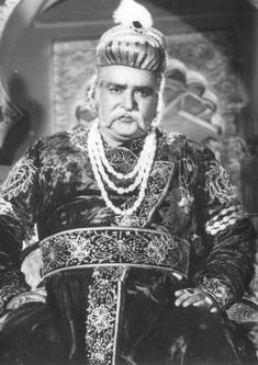Remembering Prithviraj Kapoor, the pioneer of Indian theatre and a stalwart of Hindi film industry, on his 46th death anniversary today. (29/05) Magnum Opus, Indian Star, Vintage Bollywood, Indian Movies, Film Industry, Bollywood Stars, Indian Celebrities, India Beauty, Movie Theater