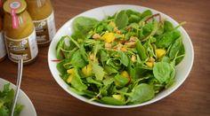 Blattspinat-Rucola-Salat mit Mango und Walnüssen | Allyouneed Magazin
