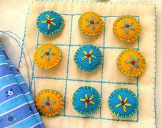 Jogo da velha, confeccionado em  tecido de algodão cru e estampado; as pecinhas em feltro; vários desenhos e cores. Embalado em saquinho de algodão. R$ 27,60