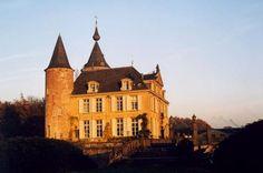 Château 's Gravenwezel, Schilde, Belgique. Le château actuel a été édifié vers 1740 par l'architecte Baurscheit le Jeune, directeur de l'Académie d'Anvers, à la demande de Jean-Alexandre van Susteren, sur les vestiges d'un castel médiéval défendant Anvers. Il tient de ces origines multiples son allure classique, mêlant les styles Louis XV et Louis XV et une certaine massivité médiévale. Sans héritiers, le dernier propriétaire lègue le domaine à l'antiquaire Axel Vervoordt.