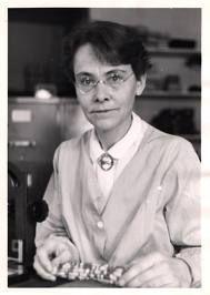 Barbara McClintock fue una científica estadounidense especializada en citogenética que obtuvo el premio Nobel de Medicina en 1983. Barbara nació el 16 de junio de 1902 en Hartford (Estados Unidos) y murió el 3 de septiembre de 1992 a los 90 años. Se doctoró en botánica y estudió los cambios que acontecen en los cromosomas durante la reproducción del maíz.