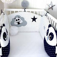 Tour de lit bébé en 60cm large, panda sur nuage et étoiles, et 2 coussins pandas, bleu marine, blanc et gris