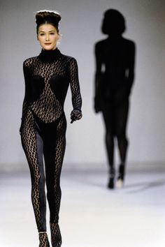 Azzedine Alaïa Fall 1991 Ready-to-Wear Collection Photos - Vogue, Model: Carla Bruni Fashion Books, 90s Fashion, Korean Fashion, Runway Fashion, Fashion Models, High Fashion, Fashion Show, Vintage Fashion, Fashion Tips