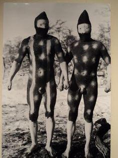 De izquierda a derecha: Espíritu del Norte o Telil (flamenco) y Espíritu del Oeste o Shénu (viento). Foto de Martin Gusinde, 1923. Pueblo aborigen de la Isla Grande de Tierra del Fuego