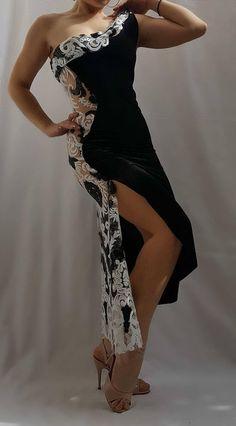 Ein schöner Tango Kleid aus elastischem samt und Spitze weiß + schwarzen Pailletten. Sehr schmeichelhaft für die Figur. Mit einem Split auf der rechten Seite. Erhältlich in den Größen: • XS • S • M • L DIMENSIONIERUNG XS: • Brustumfang 82-89 cm/32-35 Zoll • Taille 60-67 cm/23-27 Zoll •