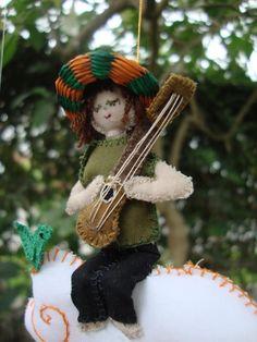 """""""Llegarán las melodías como un suave susurro a través de los bosques. Toca tus cuerdas charanguito""""."""