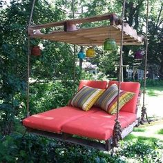 DIY Outdoor Pallet Swing Bed tutorial DIY Pallet Swing Bed-Upcycle Paletten in ein fabelhaftes Schaukelbett. This image has get Old Pallets, Pallets Garden, Wooden Pallets, Pallet Wood, Diy Wood, Recycled Pallets, Recycled Wood, Repurposed Wood, Bed Made From Pallets