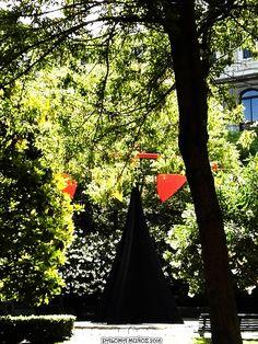 """Jardín del patio del Museo de Arte Reina Sofía con la creación movible de Alexander Calder llamada """"Carmen"""". In the garden, Alexander Calder´s stabile with a  moving arm title """"Carmen"""" Queen Sophia Museum of Art"""