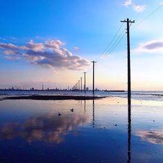 In the sea.  電柱。そして海。  ようやく行ってきました。しかも2日連続。千葉県木更津市、江川海岸の景色です。  最寄りの駅から徒歩30分。帰り道、お墓の横を通るのでちょっと怖いです…。まあ、歩いて行く人は滅多にいないと思いますが。