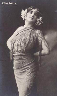 Gerda Walde, Viennese Opera Singer, in Flowered Jugenstil Epoche Headdress, circa 1905 | Red Poulaine
