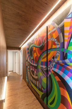 Apartamento aposta no maximalismo e nas cores vibrantes (Foto: ©Marcelo Donadussi)