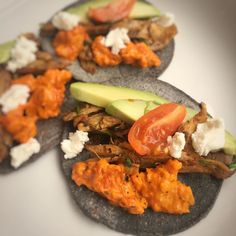 BRUNCH TACOS  with @holsdoesfitness of @coolchileco blue corn tacos topped with @waitrose roast guinea fowl cooked with mojo de ajo @sliced_spiced Ajavar (spicy aubergine and pepper relish) ripe avocado and @lafromagerieuk goat's curd. Great to catch with Holly an old friend (20years!!) and talk all things #nutrition #fitness #mindset and #men! She's the co-founder of #nutritioncoaching brand @nucoa.nutrition after a long corporate career and really gets what healthy nutrition and lifestyle…