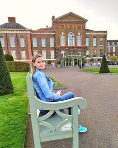 Pałac Kensington może i nie zachwyca architekturą, ale ogrom zieleni otaczający pałac zachwyca! Pomimo, że pałac jest pilnie strzeżony💂, ponieważ mieszkają tu członkowie rodziny królewskiej, to jest częściowo otworzony dla turystów. Bardzo piękny park i ogród 🌺 można przy pięknej pogodzie odpocząć, karmić wiewiórki lub łabędzie a przy okazji obejrzeć pałac i napić się kawki u royalsów👸👑🤴 Mansions, House Styles, Instagram, Home Decor, Decoration Home, Manor Houses, Room Decor, Villas, Mansion