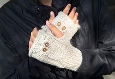 Ved første øjekast ser man kun et smukt fletmønster på de lune pulsvarmere, men ved nærmere eftersyn er der en fin ugle med knap-øjne på hver Drops Design, Fingerless Gloves, Arm Warmers, Free Pattern, Projects To Try, Socks, Beanie, Quilts, Knitting