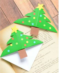 Christmas Tree Corner Bookmarks - Origami for Kids - Easy Peasy and Fun If your kids are eager to make their own DIY gifts for Christmas these Christmas Tree Corner Bookma Bookmark Craft, Diy Bookmarks, Origami Bookmark, Corner Bookmarks, Bookmark Ideas, Christmas Books, Christmas Crafts For Kids, Xmas Crafts, Christmas Fun