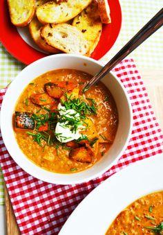 Diese Suppe ist jetzt genau das Richtige für die schon herbstliche Jahreszeit. Draußen scheint zwar hin und wieder einmal die Sonne, aber es ist ziemlich windig, regnerisch und kühl. Also wieder m…