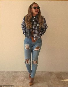 Beyonce looks hot — even if her hubby's company is going cold. The songstress rocked a yellow and blue plaid shirt with a pair of baggy distressed jeans. Beyonce 2013, Estilo Beyonce, Beyonce Style, Beyonce And Jay Z, Post Pregnancy Fashion, Maternity Fashion, Maternity Outfits, Plaid Outfits, Cute Outfits