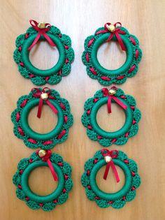 Set de servilleteros navideños elaborados en crochet Crochet Doilies, Crochet Rings, Crochet Flowers, Crochet Lace, Crochet Stitches, Crochet Necklace, Crochet Patterns, Christmas Napkin Rings, Navidad A Crochet