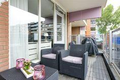 Te koop: Prattenburg 213, Haarlem - Hoekstra en van Eck - Méér makelaar - Wij hebben het ideale appartement voor je gevonden! Dit keurige appartement gelegen op de tweede verdieping beschikt over 2 ruime slaapkamers, keurige afwerking, een groot balkon waar je heerlijk kunt ontspannen. Verder is er nog een eigen berging in de onderbouw. In de nabijheid tref je diverse (winkel)voorzieningen en voor ontspanning kun je in de buurt heerlijk wandelen en fietsen.