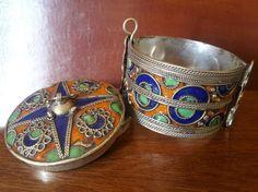 Type: bracelets, armlets Material: silver Color: multicolored Gender: women's Condition: good for its age  nagyon szep antik arab karperec zomacozott katujanak is hasznalhato 5.9cm belso meret 3,9 cm.szeles az ar fix
