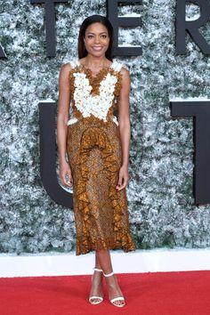 """Auf der Premiere von """"Collateral Beauty"""" strahlte Naomie Harris. Das liegt vor allem am romantischen Kleid von Rodarte, das mit seinen Rüschen und dem floralen Muster in Weiß- und Kupfertönen erfrischend anders aussieht und sich von den gängigen Rote-Teppich-Looks ihrer Co-Stars abhebt."""