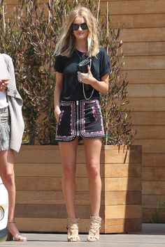 Rosie Huntington-Whiteley con camiseta negra, de Saint Laurent; y minifalda con bordados, de Isabel Marant.