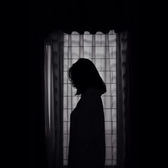 Sad Girl Photography, Shadow Photography, Tumblr Photography, Photography Poses, Night Aesthetic, Aesthetic Girl, Girl Shadow, Shadow Pictures, Girl Short Hair
