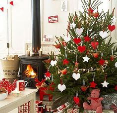 Christmas tree decoration inspiration.  Love decorating my tree in just red and white