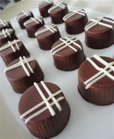 Choco Chocolate, Custom Chocolate, Homemade Chocolate, Chocolate Lovers, Mini Desserts, Dessert Recipes, Chocolat Recipe, Chocolate Covered Pretzel Rods, Blackberry Syrup