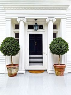 The Secrets to Being the Most Gorgeous House on the Block// Aerin Lauder, exterior, front door.mt:the colors I have been wanting to do my bedroom in for a couple of years with gold added. I would like this door better if it was all navy Home Design, Design Hotel, Design Ideas, Home Interior, Interior And Exterior, Exterior Paint, Decoration Shabby, Pintura Exterior, Decoration Inspiration