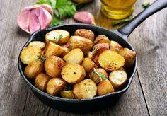 Patatas al horno: 5 recetas que conquistarán a toda la familia Fırın yemekleri Roasted Potato Recipes, Roasted Potatoes, Grow Potatoes, Rosemary Potatoes, Sliced Potatoes, Sprouting Potatoes, Planting Potatoes, Healthy Food List, Healthy Recipes