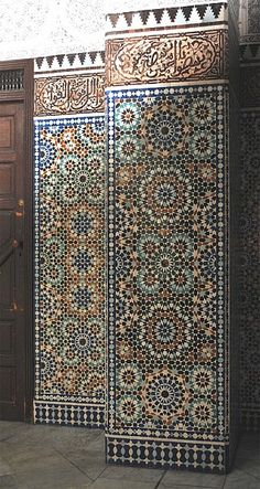 Image PAR 012 featuring decorated area from the Grand Mosquée de Paris, in Paris, France, showing Geometric Pattern and Calligraphy using ceramic tiles, mosaic or pottery.