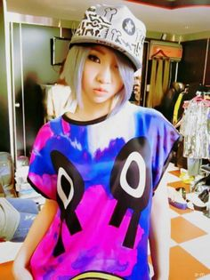 I love Minzy's outfit in this picture! Goes well with her hair! :D